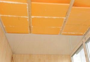 Утеплённый потолок балкона осталось облицевать