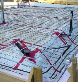 Уложена арматура плиты и контур теплого пола