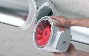Вытяжной вентилятор устанавливается в трубу по необходимости