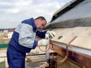 Монтаж отлива крыши
