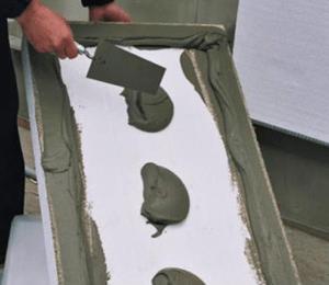 Нанесение клея на поверхность утеплителя
