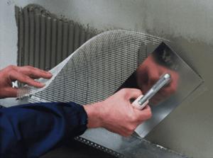Ключевой этап мокрого фасада - нанесение штукатурного слоя с армированием