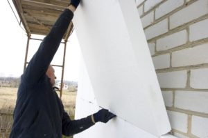Процесс монтажа пенополистирола на кирпичную стену