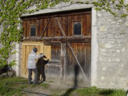 Очистка деревянной стены