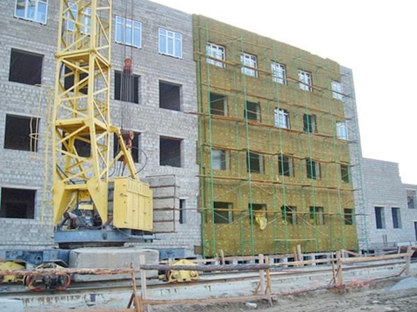 Фасад дома обшит базальтовой минватой марки Изовер ФАСАД 80 для последующей облицовки мм