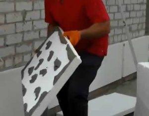 Клей наносится на пенопласт и фиксируется на фасаде