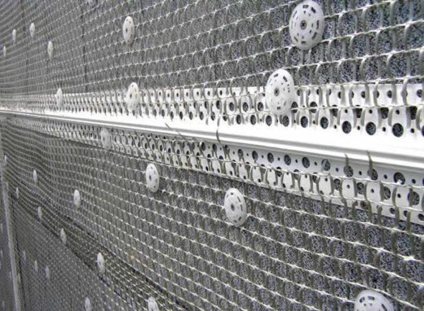 Армирующая сетка позволит избежать трещин и отслоения штукатурного слоя