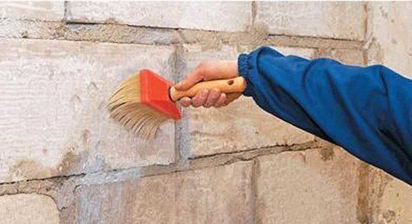 Грунтовка стены - обязательный этап