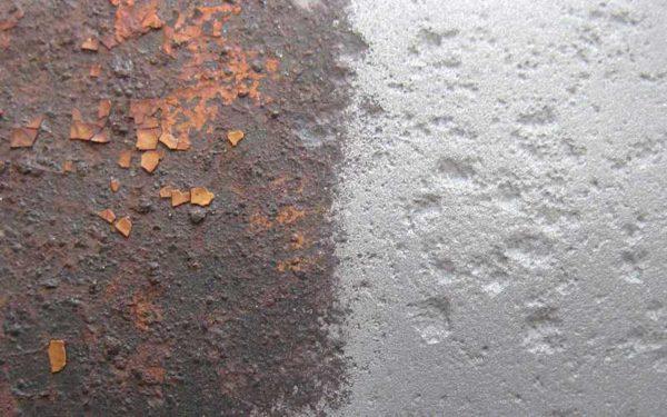 Поверхность стены нужно тщательно очистить