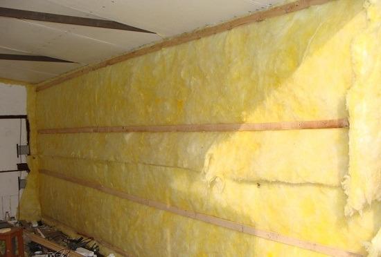 Кирпичные стены в гараже утеплены минеральной ватой