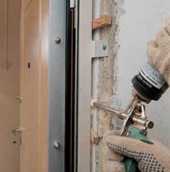 заделка щелей между дверью и стеной