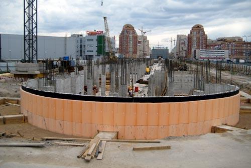Цокольная часть будущего торгового центра утепляется плитами Пеноплекс