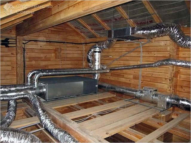 Так выглядят правильно изолированные трубы вентиляционной системы на чердаке